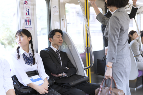 電車移動する人々の写真素材 [FYI02974000]