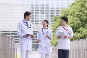歩きながら会話をする医師たちの写真素材 [FYI02974002]
