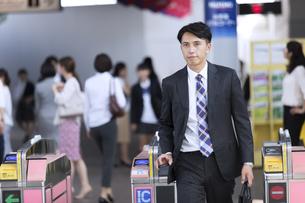 駅の改札を通過するビジネス男性の写真素材 [FYI02974003]