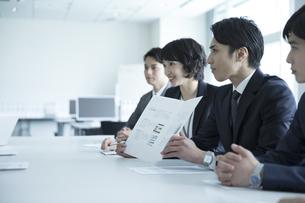 会議中のビジネスマンの写真素材 [FYI02974012]