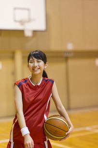 バスケットボールを持って笑う女子学生の写真素材 [FYI02974013]