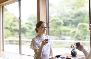 お茶を手に話しをする外国人観光客の写真素材 [FYI02974014]