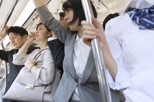 満員電車の車内の写真素材 [FYI02974015]