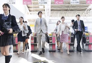駅の改札を通過する人々の写真素材 [FYI02974016]