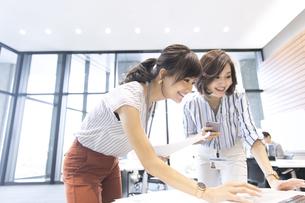 PCを見る2人のビジネス女性の写真素材 [FYI02974035]