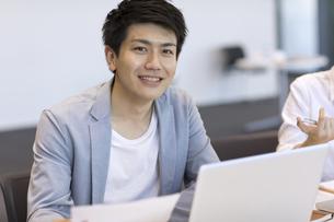 カメラ目線で笑顔のビジネス男性の写真素材 [FYI02974038]
