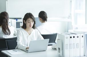 オフィスでパソコンを操作するビジネス女性の写真素材 [FYI02974044]