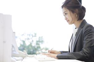 パソコンを見るビジネス女性の写真素材 [FYI02974046]