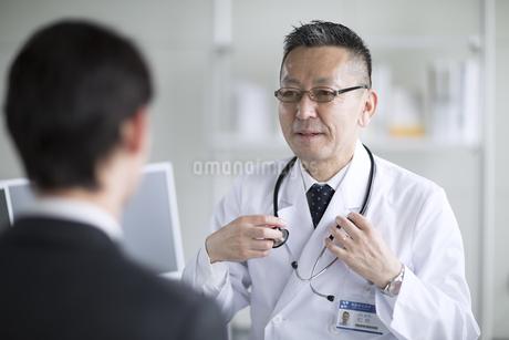 患者に問診をする男性医師の写真素材 [FYI02974057]