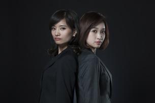 背中を合わせるビジネス女性2人の写真素材 [FYI02974058]