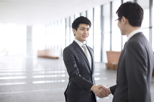 握手をするビジネス男性の写真素材 [FYI02974068]