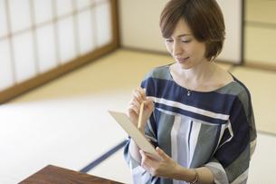 短冊に俳句を書く外国人女性の写真素材 [FYI02974069]