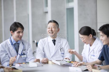 ランチミーティングを行う医師たちの写真素材 [FYI02974070]