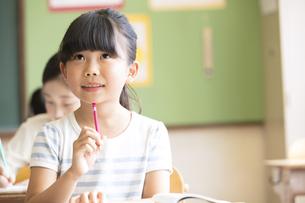 教室で授業を受ける小学生の女の子の写真素材 [FYI02974071]