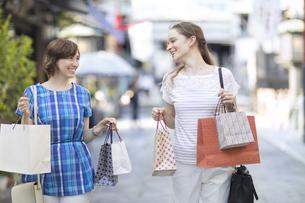 ショッピングを楽しむ2人の外国人観光客の写真素材 [FYI02974075]