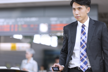駅の改札を通過するビジネス男性の写真素材 [FYI02974076]