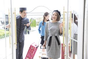 ホテルに入る3人の女性旅行者の写真素材 [FYI02974077]