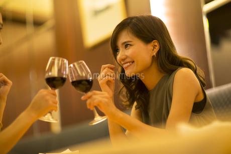 レストランで乾杯する女性の写真素材 [FYI02974082]