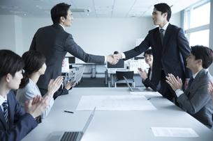 会議で握手をする2人のビジネス男性の写真素材 [FYI02974087]
