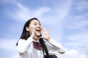 青空に叫ぶ女子高校生の写真素材 [FYI02974090]