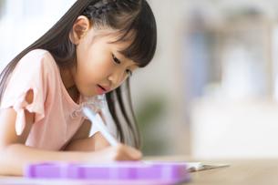 勉強をする女の子の写真素材 [FYI02974091]