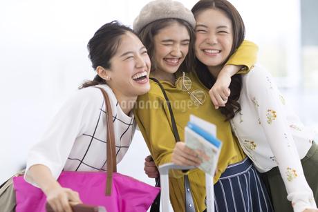 旅行中の女性3人の写真素材 [FYI02974094]