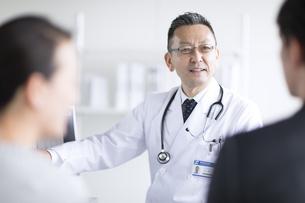 患者に問診をする男性医師の写真素材 [FYI02974096]