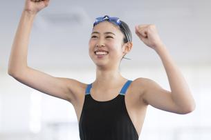 ガッツポーズで喜ぶ水着の女子学生の写真素材 [FYI02974100]