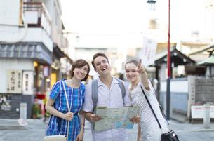 地図で行き先を確認する男女の外国人観光客の写真素材 [FYI02974105]