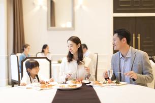 レストランで食事をする家族の写真素材 [FYI02974106]