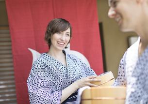 浴衣を着た湯上がりの外国人観光客の写真素材 [FYI02974108]