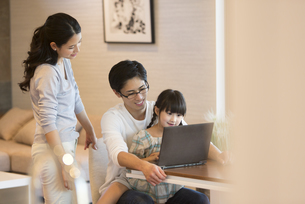パソコンを見る家族の写真素材 [FYI02974110]