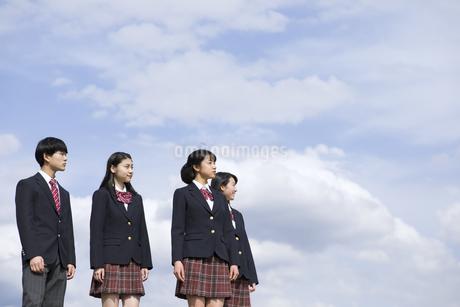 青空をバックに立つ高校生たちの写真素材 [FYI02974111]