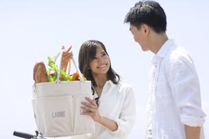 買い物袋を持つ女性と男性の写真素材 [FYI02974115]