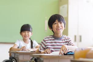 教室で授業を受ける小学生の男の子の写真素材 [FYI02974125]