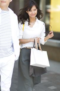 ショッピングを楽しむ男性と女性の写真素材 [FYI02974127]