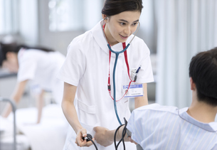 血圧を測る女性看護師の写真素材 [FYI02974130]