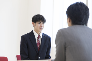 面談を受ける男子高校生の写真素材 [FYI02974131]