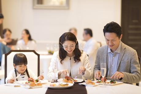 レストランで食事をする家族の写真素材 [FYI02974134]
