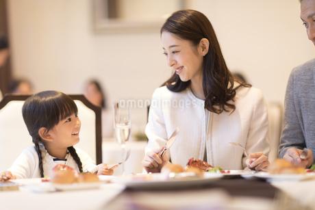 レストランで食事をする家族の写真素材 [FYI02974135]