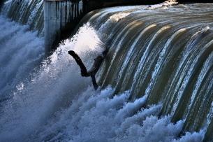 増水した堰堤の写真素材 [FYI02974182]