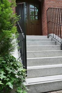 建物のお洒落な階段の入口の写真素材 [FYI02974190]