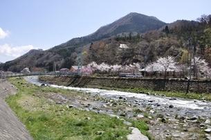 春の道志川と鳥ノ胸山の写真素材 [FYI02974191]