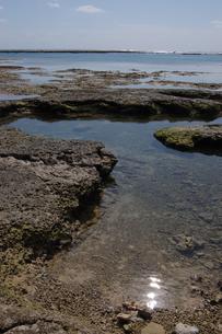 快晴の空と遠浅の潮だまりのある海岸の写真素材 [FYI02974196]