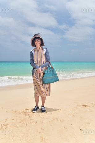 宮古島/前浜ビーチでポートレート撮影の写真素材 [FYI02974354]