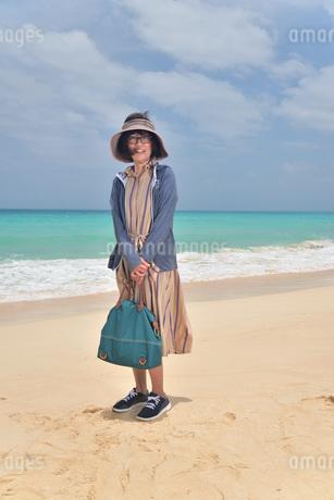 宮古島/前浜ビーチでポートレート撮影の写真素材 [FYI02974355]