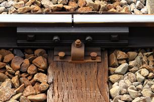 鉄道のレールと枕木のクローズアップ写真の写真素材 [FYI02974515]