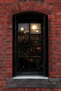窓のあるレンガ造りの建物の外観の写真素材 [FYI02974520]