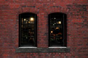 窓のあるレンガ造りの建物の外観の写真素材 [FYI02974521]