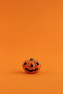 ハロウィンをイメージしたデコレーションの静物の写真素材 [FYI02974536]
